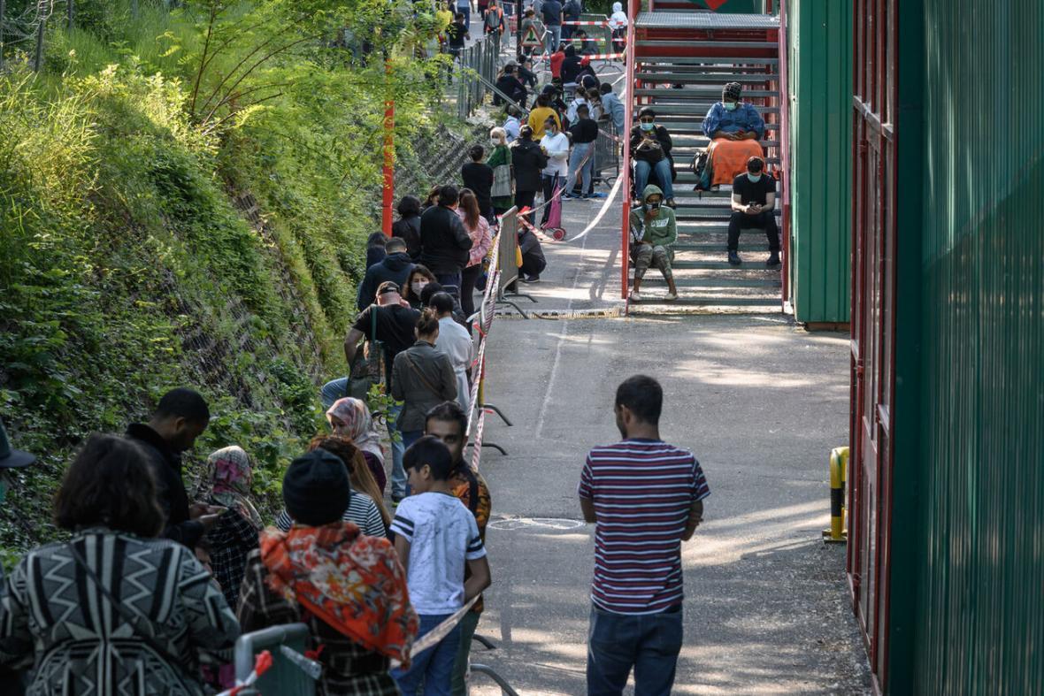 خبرنگاران هزاران نفر در سوئیس برای دریافت غذای رایگان صف کشیدند